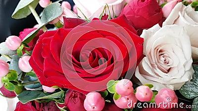 bouquet Bridal, de luxação brilhante Como parte da rosa vermelha e rosa, flores beges e rosadas Hipericão amora Outono Bridal vídeos de arquivo