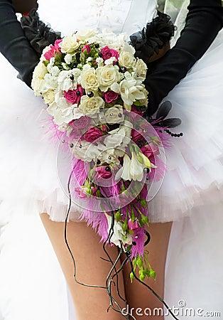 Bouquet de mariage avec les roses cramoisies et blanches