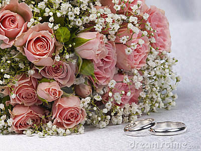 Bouquet  roses and weddings rings
