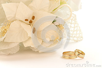 Bouquet of white flowers with wedding rings