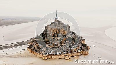 Bourdon bourdonnant dedans sur l'abbaye de Mont Saint Michel, la ville épique de forteresse d'île et le point de repère célèbre d clips vidéos