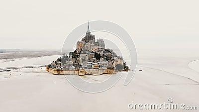 Bourdon descendant juste près de Mont Saint Michel, ville iconique de forteresse d'île, château célèbre de site historique en Fra banque de vidéos