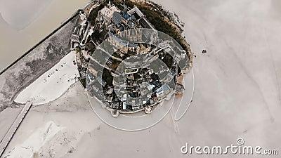 Bourdon pilotant très haut au-dessus de la forteresse iconique d'île de Mont Saint Michel, site historique célèbre en Normandie F banque de vidéos