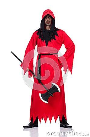 Bourreau dans le costume rouge avec la hache