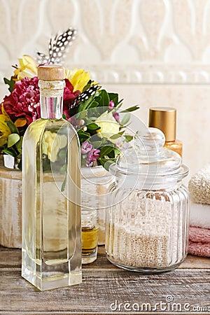 Bouteille d 39 huile essentielle et de pot de sel de mer sur la table en bois photo stock image - La bouteille sur la table ...