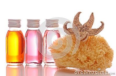 Bouteilles avec les huiles essentielles et l éponge