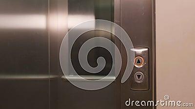 Bouton-poussoir d'homme d'affaires pour appeler l'ascenseur et entrer dans l'ascenseur banque de vidéos