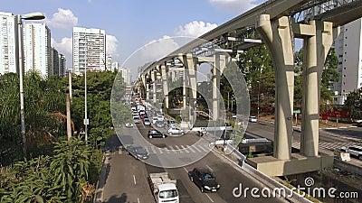 Bouw van het monorailsysteem, het goud van monoraillijn '17 ', Journalist Roberto Marinho Avenue, Sao Paulo, Brazilië stock videobeelden
