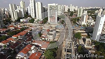 Bouw van het monorailsysteem, het goud van monoraillijn '17 ', Journalist Roberto Marinho Avenue, Sao Paulo, Brazilië stock footage