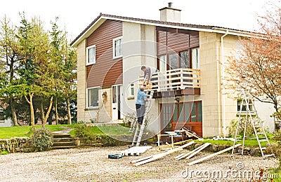 Bouwers op het werk: het huis verbeteringen.
