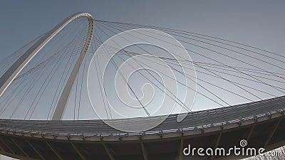 Bovenaan de Calatrava-brug in Reggio Emilia, Italië, met de schaduwen van de auto's die de brug oversteken en een aantal vogels d stock video