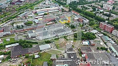 Bovenaanzicht grijze metropolis Panorama van de grote stad met gebieden en een lange snelweg bij bewolkt weer Industrieel voorste stock video