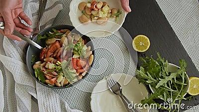 Bovenaanzicht van de hand van de vrouw, klaar om bonen te eten, salade, gezonde eiwitrijke maaltijd met verse arugula stock videobeelden