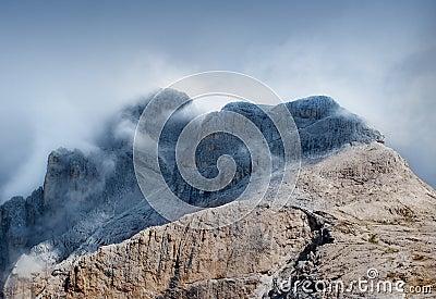 Bovenkant van berg met wolken