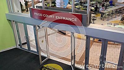 Bovenkant van de ingang die van het voedselhof wordt geschoten
