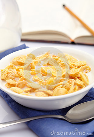 A bowl of cornflakes with milk