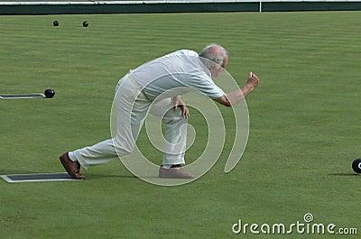 Bowling de césped del hombre mayor