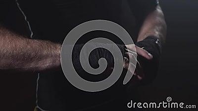 Boxeador del hombre que envuelve las manos Atleta joven Getting Ready para la lucha almacen de video