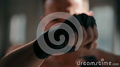 Boxer übt, Technik zu lochen stock video