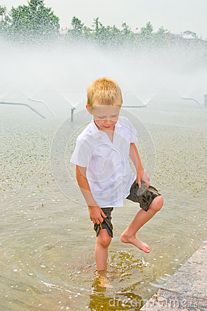 Free Boy Playing In The Fountain Stock Images - 42756814
