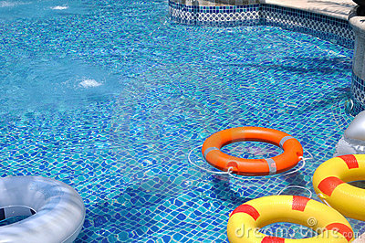 Boya de vida colorida en piscina