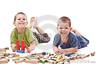 Boys playing whit blocks