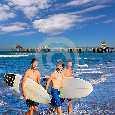Free Boys Surfers Group Coming Out From Beach Stock Photo - 33321010