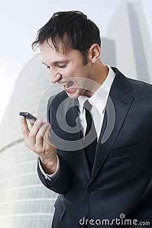 Boze bedrijfsmens die op telefoon schreeuwt