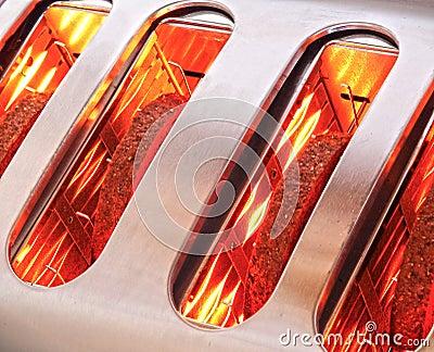 Brödskivor som rostar i toaster