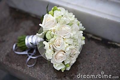 Bröllopbukett av rosa och vita ro
