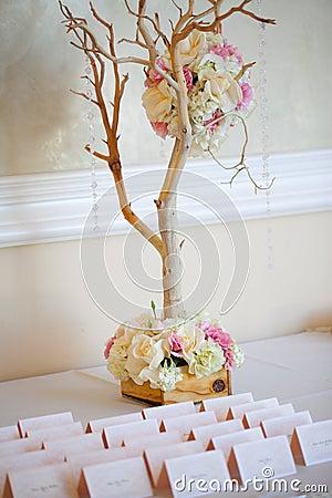 Bröllopdekoren bordlägger inställningen och blommor