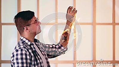 Brûlure de la main du brave Blessures au bras en flammes Le feu est la dangereuse superpuissance de l'homme banque de vidéos