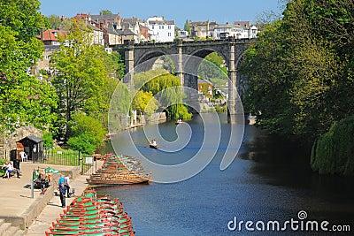 Brücke u. Boote auf Fluss Nidd, Knaresborough, Großbritannien Redaktionelles Stockbild
