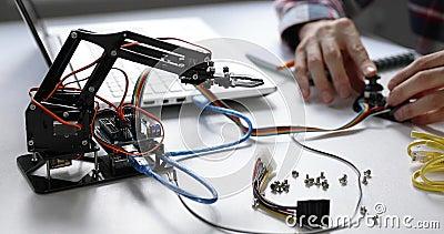 Braço do robô de programação do coordenador da robótica para o projeto da automatização video estoque