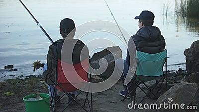 Bracia wydaje czasu połów na jeziorze, rodzinna tradycja, mieć zabawę, śmia się zbiory