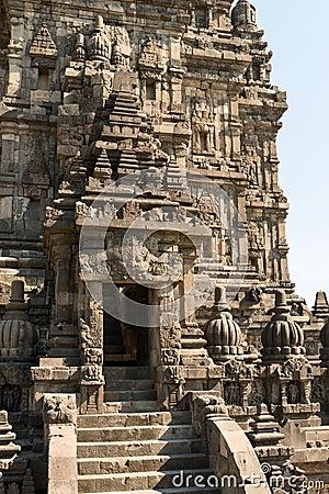 在brahma寺庙上面的入口在candi prambanan或candi rara jonggrang