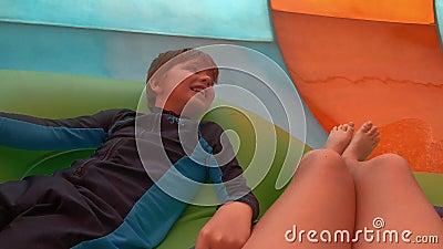 Brat i siostra cieszy się kolorowego Karakare kędzior nawadniamy przyciąganie przy Aquatica zdjęcie wideo
