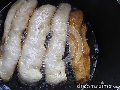 Braten von Pastetchen zum Frühstück stock video