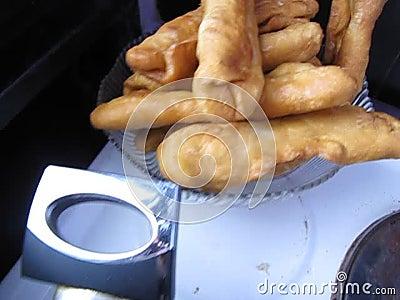 Braten von Pastetchen zum Frühstück stock footage
