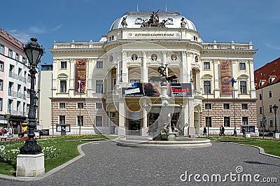 Bratislava - teatro nacional del slovak Foto editorial