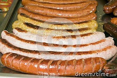 Bratwursten för frankfurterkorven för gataställningsmat stekte kasekrainerkorven