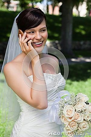 Braut auf Handy