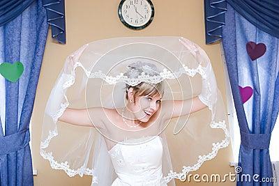 Braut schaut vom Schleier
