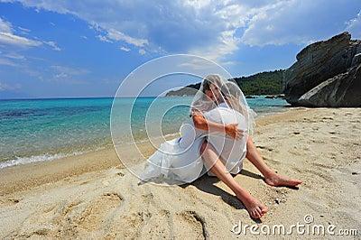 Braut- u. Bräutigamumarmung voll der Neigung