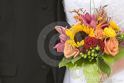 Braut-und Bräutigam-Nahaufnahme mit Blumenstrauß