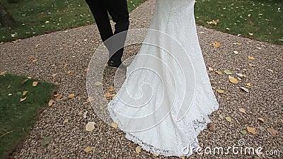 Braut und Bräutigam sind auf der Straße Langsame Bewegung