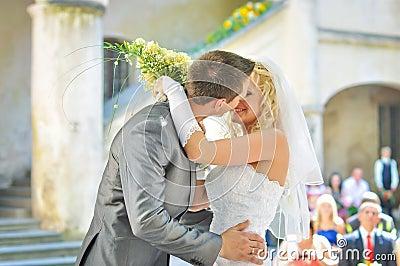 Braut- und Bräutigamküssen
