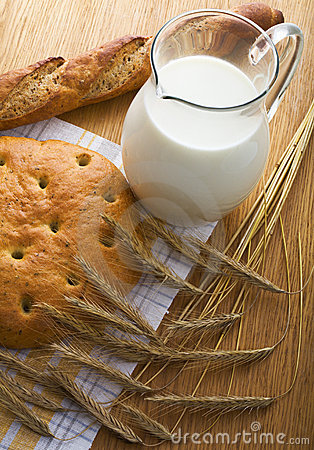 Free Bread, Wheaten Ears And A Milk Jug Royalty Free Stock Photo - 6019705