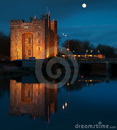 Breathtaking bunratty castle in ireland at night
