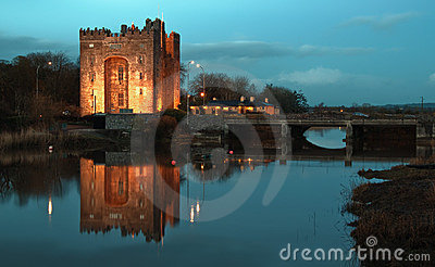 Breathtaking bunratty castle ireland at night